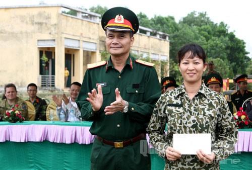 Thiếu tướng Đỗ Thanh Bình, Tư lệnh Binh chủng Đặc công, tặng thưởng khối nữ chiến sĩ đặc công tham gia trình diễn.
