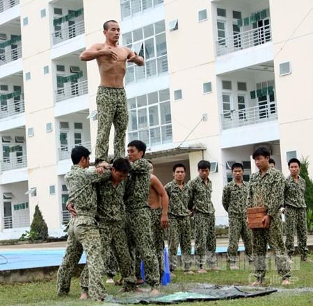 Vận công chuẩn bị cho màn trình diễn nhảy từ trên cao xuống đống mảnh thủy tinh...
