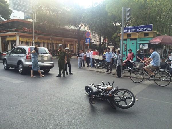 Hiện trường vụ xe ô tô của diễn viên Thân Thúy Hà dính tai nạn.
