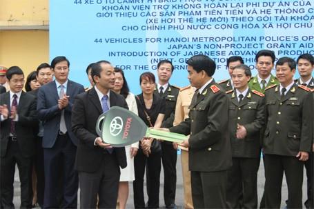 Ngài Atsuki Tomoyose trao chìa khóa tượng trưng cho Thiếu tướng Nguyễn Đức Chung