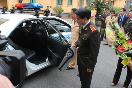 Thiếu tướng Nguyễn Đức Chung đang xem nội thất bên trong của xe