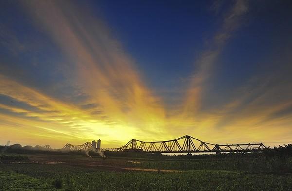 Cầu Long Biên trong ánh hoàng hôn