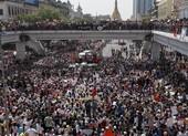 Người biểu tình Myanmar tưởng niệm một người chết vì trúng đạn