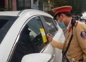 CSGT thực hiện việc dán thông báo xử phạt lên kính xe ô tô