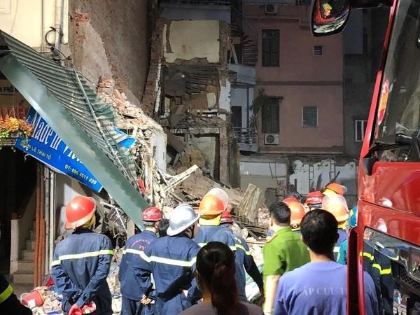 sập nhà cổ ở Hà Nội