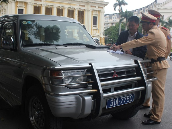 CSGT Hà Nội xử phạt một trường hợp xe biển xanh vi phạm