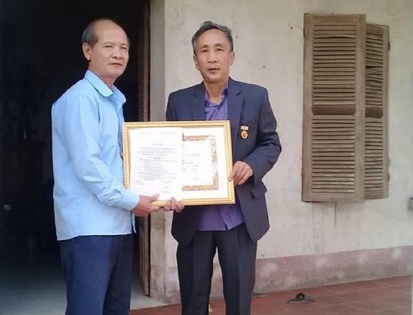Ông Hàn Đức Long nhận huy hiệu 30 năm tuổi Đảng