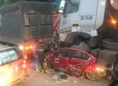 Ô tô con bị kẹp nát giữa 2 xe đầu kéo, 3 người chết