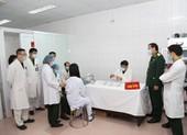 3 người đầu tiên được tiêm vaccine COVID-19 nhóm liều 50mcg
