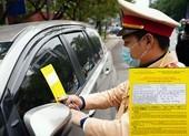 Hiểu đúng việc CSGT dán thông báo vi phạm lên kính ô tô