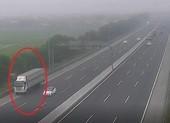 Tài xế xe tải liều mạng đi lùi trên cao tốc