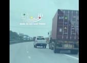 Tài xế xe container lạng lách, đánh võng với ô tô của CSGT