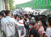 Nhiều tỉnh yêu cầu giấy xét nghiệm COVID-19, người dân chen chúc đi lấy mẫu
