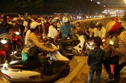 Lãnh đạo thành phố cho rằng không ở đâu người dân đi lại lộn xộn như ở Hà Nội. Ảnh: Bá Đô