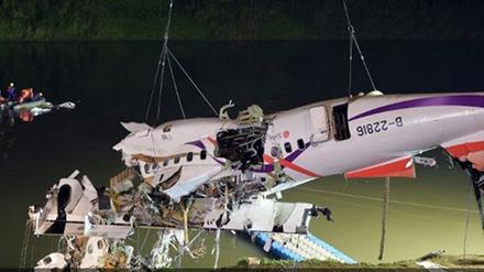 Một phần máy bay được trục vớt. Ảnh: Channel News Asia