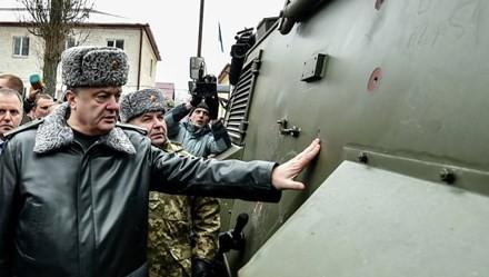 Tổng thống Ukraine Petro Poroshenko thị sát tại một đơn vị quân đội nước này