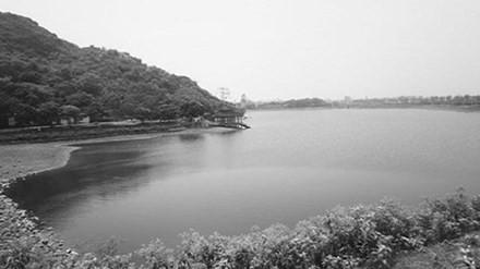 """Hồ nước này chính là vực """"không đáy""""."""