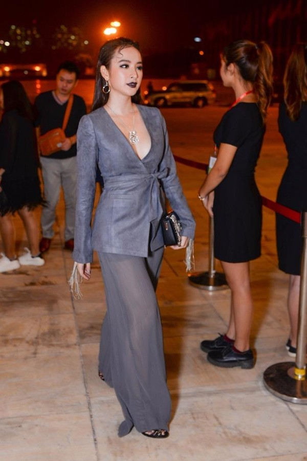 'Bà mẹ nhí' Angela Phương Trinh không tránh khỏi khoảnh khắc hớ hênh khi mang trang sức có giá trị gần 2 tỉ đồng. Ảnh VTC