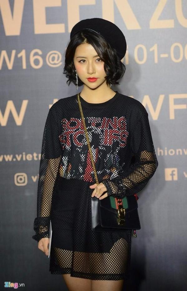 Quỳnh Anh Shyn tạo ấn tượng với set đồ phối giữa áo thun, chân váy ôm và áo lưới bên ngoài. Ảnh ZING