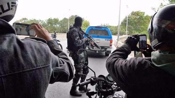 chiến dịch bắt giữ 10 đối tượng này đã huy động khoảng 130 sĩ quan cảnh sát