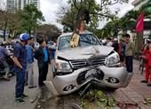 Ô tô lao lên lề đường tông 2 mẹ con nguy kịch