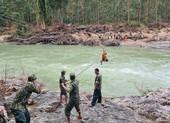 Bộ đội đu ròng rọc qua sông tìm người mất tích ở Trà Leng