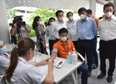 Những người cần thận trọng trong tiêm chủng vaccine COVID-19