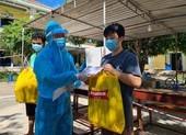 Tặng quà đồng hương Quảng Nam về từ TP.HCM đang thực hiện cách ly