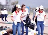 Hoa khôi Sinh viên VN làm sạch bãi biển Đà Nẵng sau mưa lũ