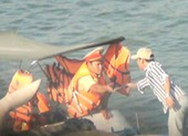 CSGT đường thủy kiểm tra tàu thuyền trong... tích tắc