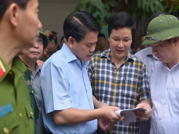 Ông Mai Đức Chung (giữa) đang bàn phương án giải cứu