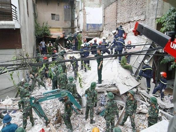 Lực lượng cứu hộ vẫn đang nỗ lực đưa nạn nhân còn lại ra ngoài.
