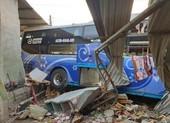 Ô tô tông nhau ở Bình Dương: 3 người chết, nhà dân bị sập