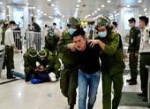 Cận cảnh công an khống chế người quá khích ở sân bay Nội Bài