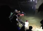 Va chạm với ô tô trên cầu, 2 học sinh bị hất rơi xuống sông
