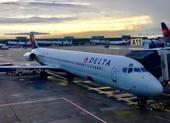 Hành khách và chó cưng mở cửa thoát hiểm khi máy bay cất cánh