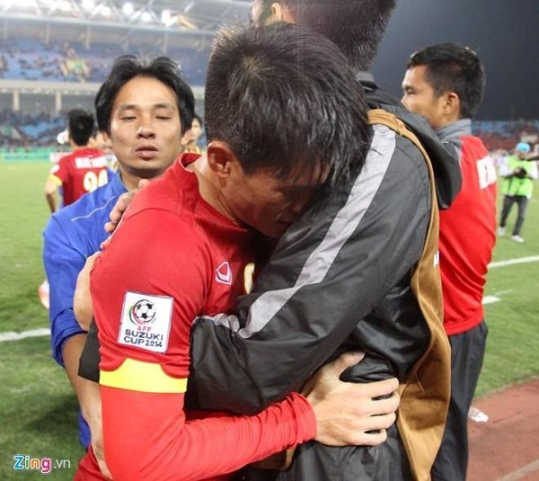 Công Vinh khóc sau trận đấu trên sân Mỹ Đình, tối 11/12.