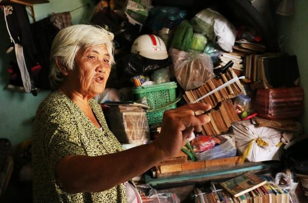 """Bà kể chi tiết về những """"chuyến du lịch"""" của mình. """"Tui thích đi đâu là đi, không cần phải tốn tiền. Đi Trung Quốc xem Vạn Lí Trường Thành thì coi truyện của Trung Quốc, trong sách miêu tả rất chi tiết khung cảnh, mình coi, mình cảm nhận và tưởng tượng như đang ở đó. Hay mình muốn đi Đà Lạt thì  tìm đến những cuốn sách viết về Đà lạt."""""""
