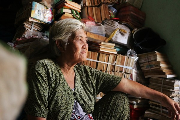 Bà lão với mái tóc bạc trắng, khuôn mặt già nua, khắc khổ