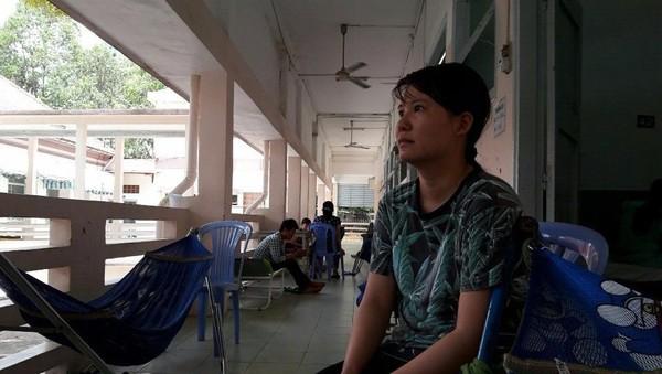 Chị Thủy đang chăm con tại BV Nhi đồng 2, quận 1, TP.HCM.