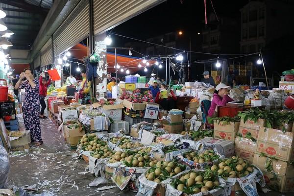 Những ngày này, dường như các tiểu thương ở chợ đều không muốn nghỉ ngơi vì đây cũng là dịp buôn bán được nhất trong năm, ai cũng muốn có thêm thu nhập để lo cho gia đình dịp cuối năm.