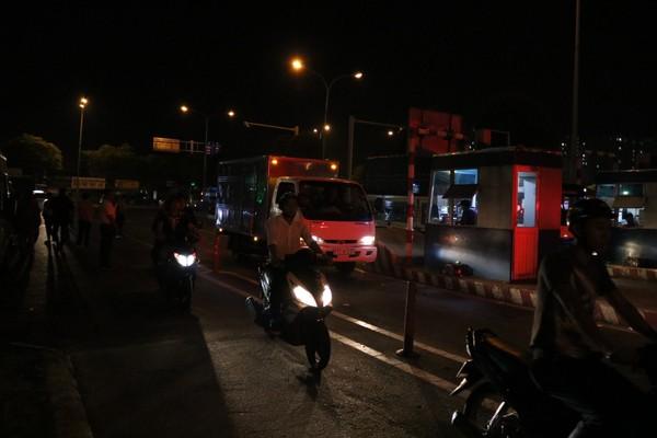 Xe hàng liên tục ra vào từ đêm khuya cho đến rạng sáng hôm sau.