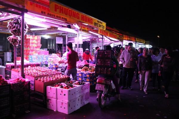 Dù chưa sáng nhưng nhiều mặt hàng trái cây đã được bày sẵn.