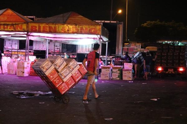 Hình ảnh xe kéo hàng như vậy rất dễ bắt gặp ở chợ vào những ngày này.