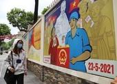 Đường phố TP.HCM rực rỡ cờ hoa sẵn sàng cho ngày bầu cử