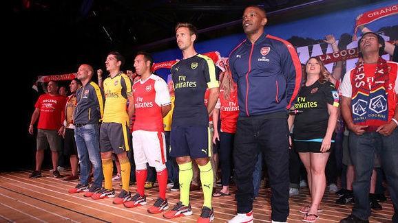 Và trong mẫu áo khoác của Arsenal