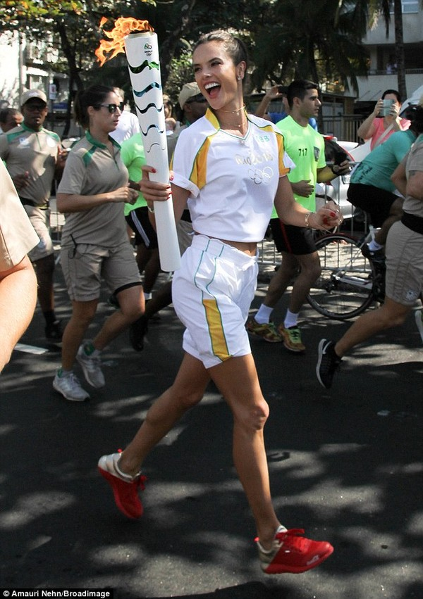 Alessandra Ambrosio cười rạng rỡ khi cầm chiếc đuốc Olympic đến sân vận động  Maracana