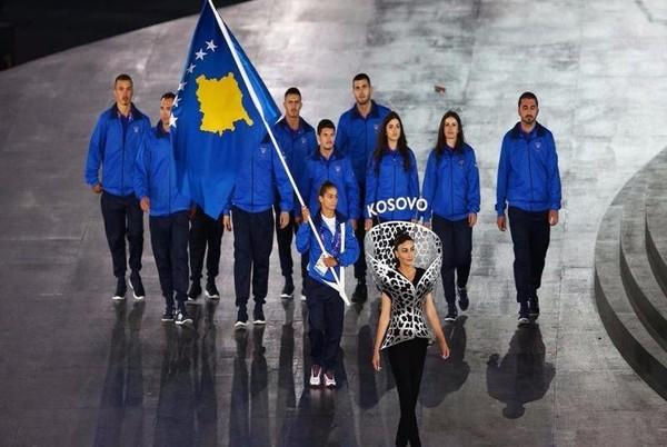 Kelmendi cầm cờ đại diện cho đoàn thể thao Kosovo