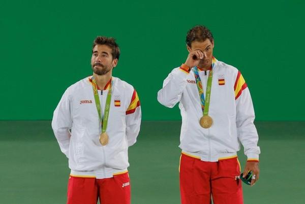Nadal nhanh chóng lau đi giọt nước mắt của mình trong buổi lễ trao huy chương khi bài quốc ca của Tây Ban Nha vang lên