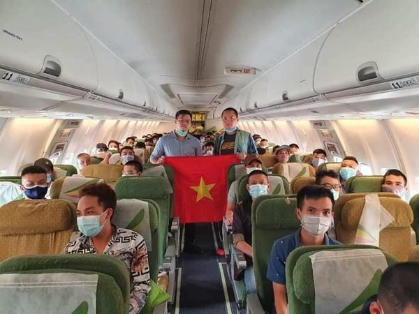 Công dân từ Châu Phi trên máy bay về nước